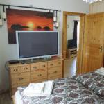 Schlafzimmer 1 mit Doppelbett und Flatscreen
