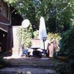 Aussenterrasse mit Terrassenmöbeln und Holzkohlegrill