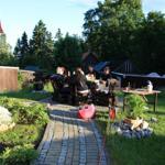 Garten mit Sitzmöbeln und Grill