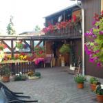 Hof mit überdachter Terasse ,Gartenmöbel und Grill