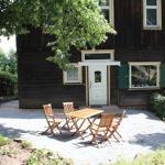 Ihr seperater Eingang zur Ferienwohnung mit Gartenmöbeln für ein gemütliches Frühstück an der frischen Luft oder auch für einen Grillabend.