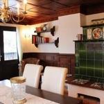 Wohnzimmer -Wohnung Nostalgie-Kachelofen-Sitzecke-großer Balkon