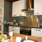 Modern ausgestatte Küche mit Geschirrspüler und Backofen.