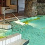 Mit Ihrer Kurkarte haben Sie täglich einen um 50 % ermässigten Eintritt im schönen Hallen- und Freizeitbad mit Whirlpool und Aussenbecken