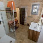 Bad Erdgeschoß mit Zugang zur Sauna