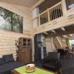 Wohnzimmer mit Blick zur Galerie und Küche