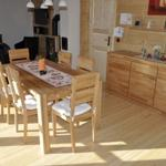 Der gemütliche Esstisch mit Platz für 6 Personen macht sowohl bei den Mahlzeiten, als auch bei abendlichen  Spiel- und Unterhaltungsrunden eine Gute Figur.