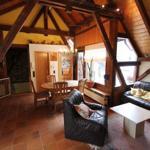 Wohnzimmer mit Blick zur Küche und Loggia