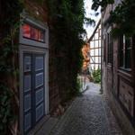 Durch diese Gasse werden Sie kommen ;-) der engste Teil am Quedlinburger Schlossberg,links die Haustür vom