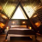 Das obere Schlafzimmer erreichen Sie über eine Raumspartreppe. Hier befindet sich ein Doppelbett, ein kleiner Schrank und eine Stereoanlage.