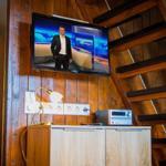 Im Wohnraum befindet sich ein schwenkbarer Fernseher mit Sat-TV und eine Micro-Stereoanlage (Radio, CD, USB, Iphone über Klinkenstecker möglich).