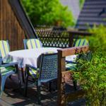 Hier sehen Sie einen Teil der großen Sonnenterrasse. Hier können Sie essen, lesen, sonnenbaden...