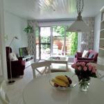 Blick vom Esstisch ins Wohnzimmer und zur Terrasse