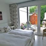 Schlafzimmer mit Doppelbett 180x200 cm und mit Blick zur Terrasse