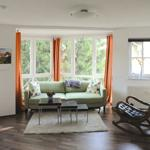Zweite Sitzecke mit großem Sofa und Schaukelstuhl