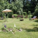 Weitläufiger Naturgarten, ideal für Grillabende am Lagerfeuer