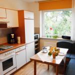 Moderne Einbauküche mit gemütlicher Essecke