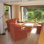 Wohnzimmer mit Aussicht in den Garten