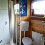 EG: Das Badezimmer 1 mit schöner Eckdusche und einem großzügigen Waschplatz