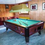 UG: Der Freizeitkeller mit Pool-Billard-Tisch und gemütlichem Sofa, das zur Schlafcouch ausgezogen werden kann