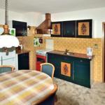 Grosser Küche mit Esstisch