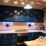 Küche mit großem Cerankochfeld und Side by Side Kühlschrank inkl. Eiswürfelbereiter