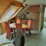 Wohnbereich mit Küchenzeile und Esstisch