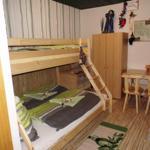 Erdgeschoss: dreier Doppelstockbett + Babybett