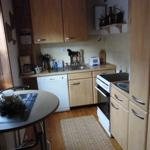 erste Ebene: Küche mit Herd, Ofen, Mikrowelle, Kühlschrank und Geschirrspüler