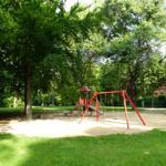 Kinderspielplatz 7 Häuser weiter im Park