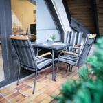 Balkon mit hochwertigen Gartenmöbeln