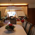 Blick vom Esszimmer zum Wohnzimmer mit Billardtisch