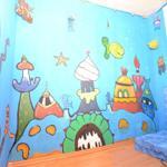 Ein besonderer Raum für die kleinen der Familie. Er ist glitzernd bemalt und hat neben den tollen Bildern an der Wand auch eine interessante Beleuchtungsmöglichkeit. Eine kleine Matratze sorgt für die nötige Gemütlichkeit.
