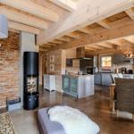 Die Inselküche passt perfekt ins offene Raumkonzept. Der Kamin ist in Richtung Ess- und Wohnbereich drehbar.