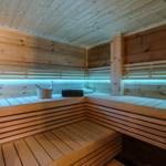 Die finnische Sauna bietet Platz für 6 Personen und heizt elektronisch geregelt wenn gewünscht bis 100 Grad auf