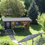 Die Hütte liegt ruhig mitten im Garten.