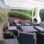Terrasse für 8 Personen mit Loungemöbeln und Grill/Ofen