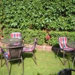 Gartenecke mit Tisch und Stühlen