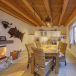 großzügiger Essbereich mit gemauerten Kamin und Küche