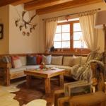 urgemütliche rustikale Sitzecke aus Altholz