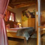 exclusives romantisches Schlafzimmer mit zwei original Kulissen-Zwergenbetten aus dem