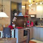 hochwertige Komforteinbauküche mit Cerankochfeld, Backofen, große Kühl-/Gefrierkombination