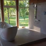 Badewanne mit Blick in den Garten