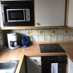 Klein, aber praktisch - die Küche mit Spülmaschine/ Backofen/ Herd