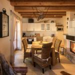 offener Wohn-und Essbereich mit Küche und gemauerten Kamin