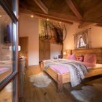 großes Schlafzimmer mit massiven Doppelbett und Fußbodenheizung sowie Balkon