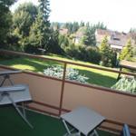 Ein Blick vom Balkon der Wohnung in den schönen Garten