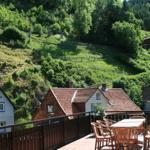Terrasse mit großem Grill, Tische und Stühle; Liegen