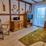 Wohnzimmer mit Fachwerk und Sat-Flach-Fernseher