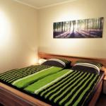 großes Schlafzimmer mit einem Doppelbett von 180 x 200cm von 3 Seiten begehbar